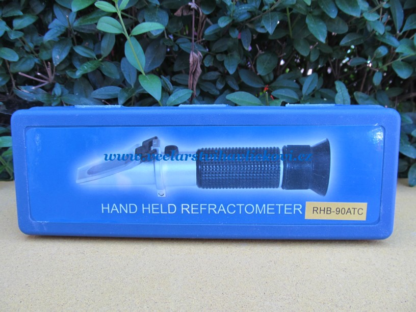Refraktometr v krabičce (Přístroj na měření vody v medu)